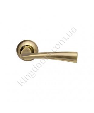 Дверная ручка на круглой розетке Модель Колумба. Цвет полированная латунь (золото)