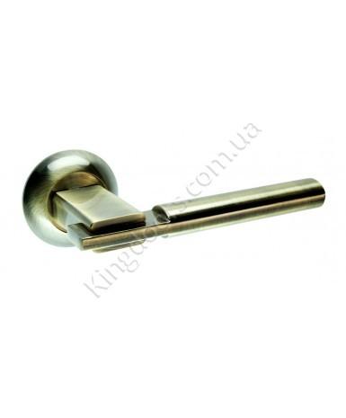 Дверная ручка на круглой розетке Модель Тринити. Цвет бронза